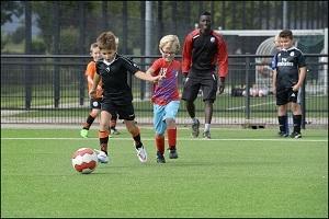 Jongetjes aan het voetballen