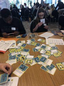 foto genomen tijdens final conference Keep Youngsters Involved waar deelnemers de toolkit en het kaartspel gebruiken