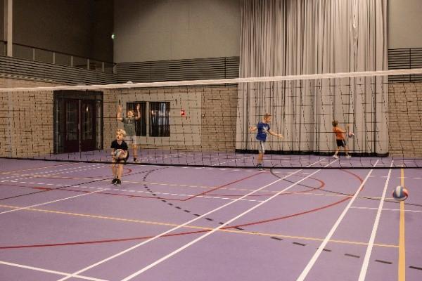 kinderen aan het sporten binnnesporthal