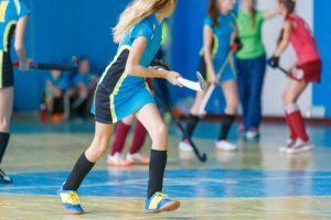 meisjes spellen zaalhockey